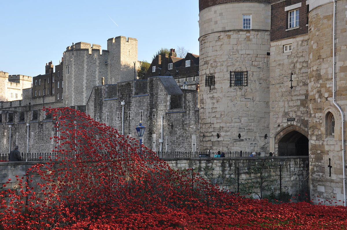 Foto: Wikipedia.org; Blood Swept Lands and Seas of Red, Paul Cummins, installation, Tower of London, 2014